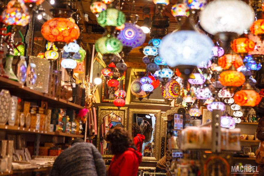 Tienda de lámparas en el zoco árabe