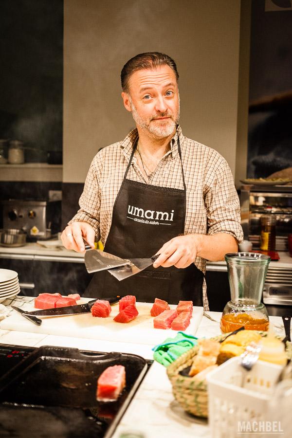 Blogger cocinándose su propia comida (Avistu de Viajablog)