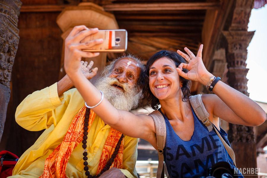 Eviña (Una Idea un Viaje) haciéndose un selfie con un Sadhu nepalí