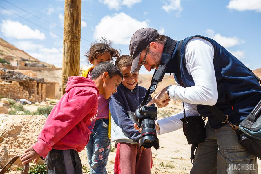 Jordi Canal Soler enseñando sus fotografías a niños de Túnez