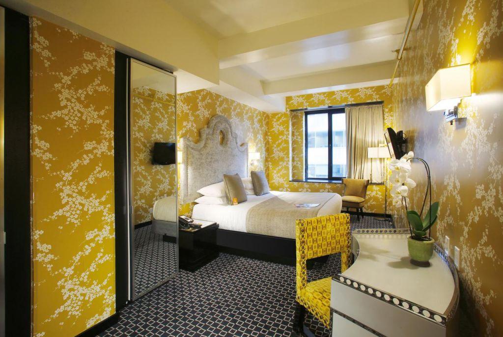Habitación amarilla del Room Mate Grace