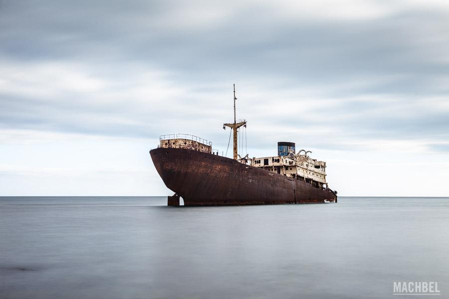 Barco Telamon varado en la costa