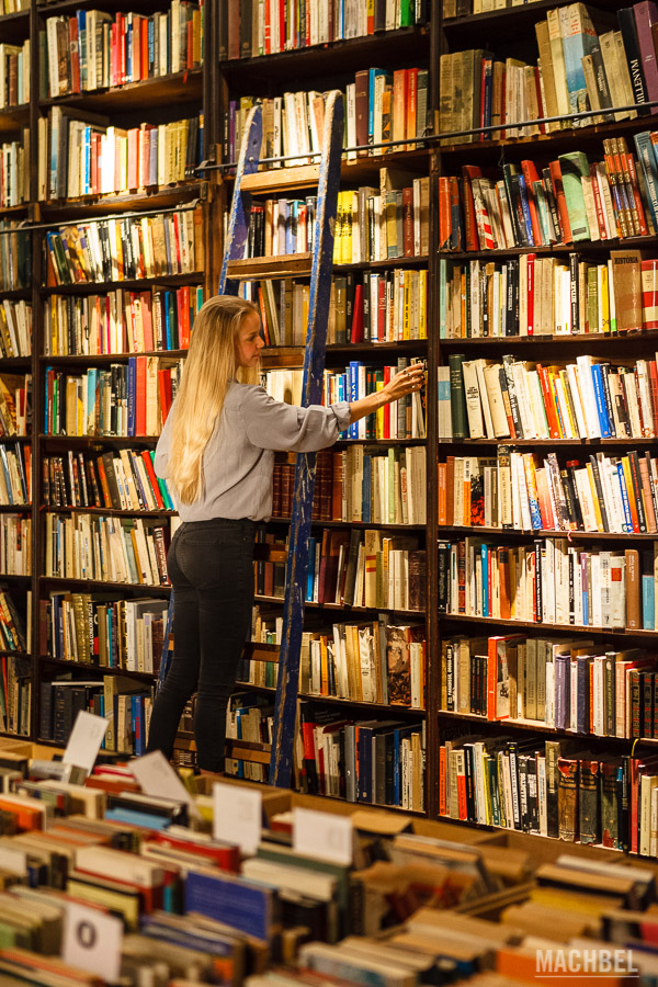 Buscando un libro en el teatro de Mercantic
