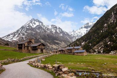 Casas y carretera en el Vall d´Incles
