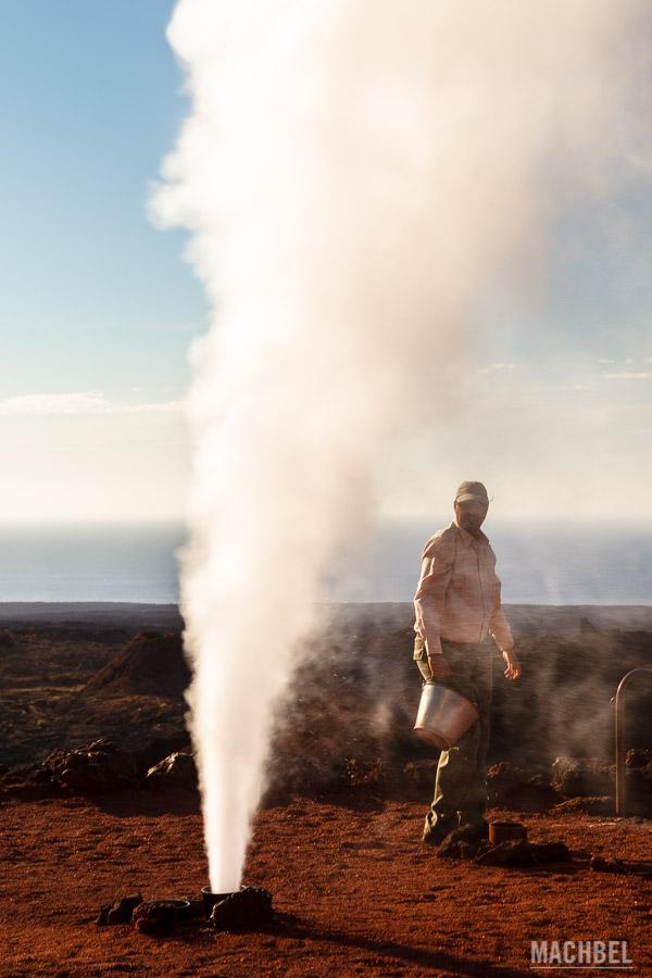 Demostración de la actividad volcánica en Timanfaya