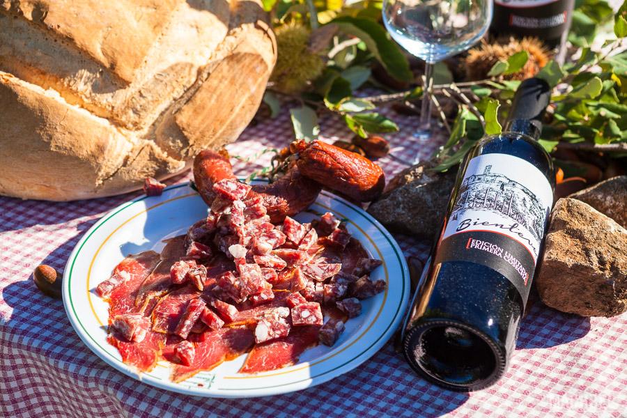 Embutido ibérico con vino de la zona