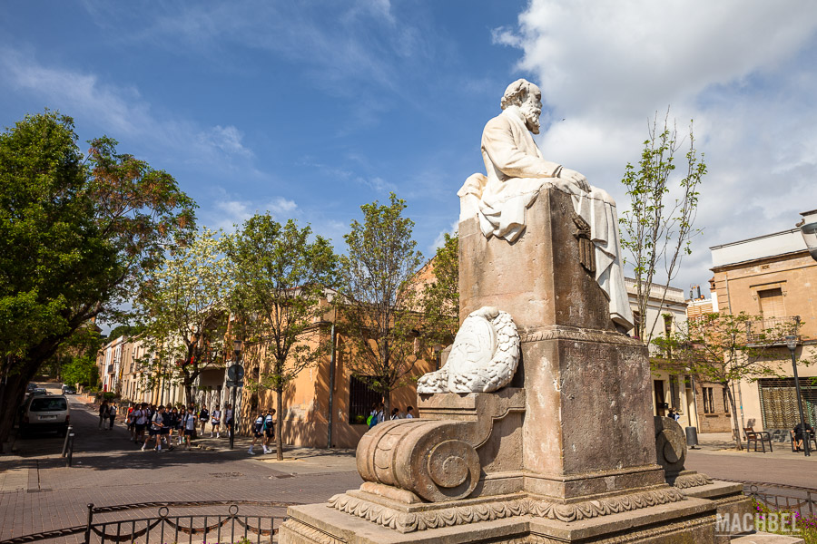 Estatua de Eusebi Güell en el centro de la Colonia