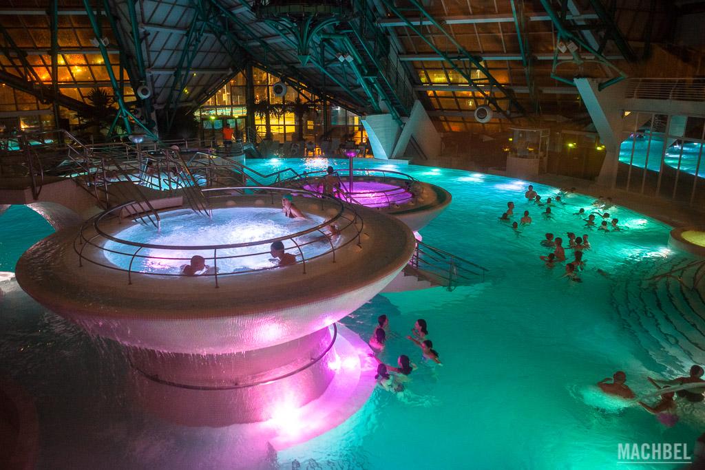 Interior de la zona de piscinas de Caldea