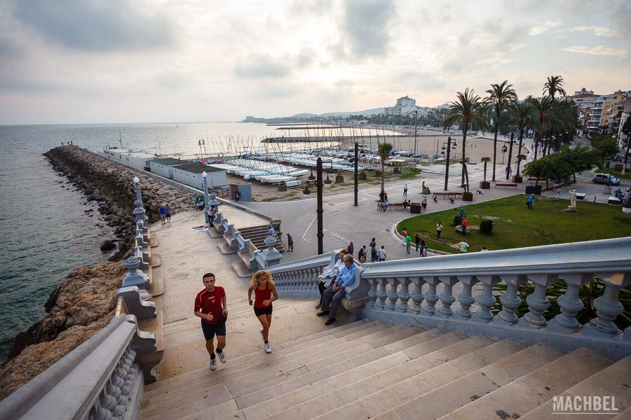 Paseo de la playa y vista de Sitges