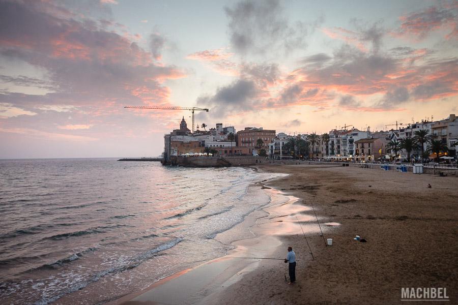 Pescador en una de las playas de Sitges