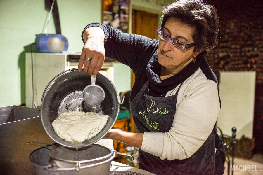 Preparando queso artesano