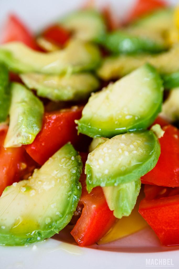 Aguacates y tomates locales