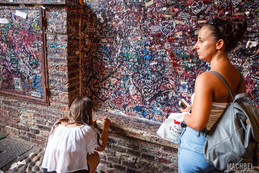 Paredes grafiteadas a la entrada del patio de Julieta