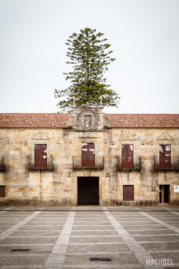 Plaza del pazo de Ferfiñáns