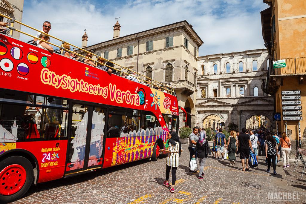 Porta Borsari y autobús turístico