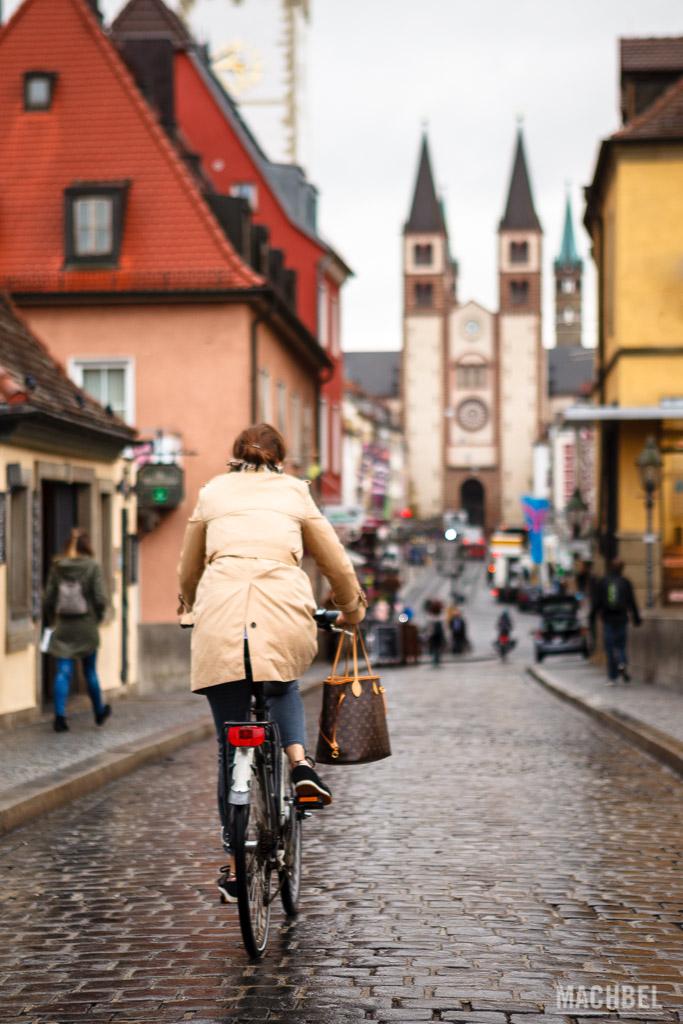Bicicleta entrando en el centro de Würzburg
