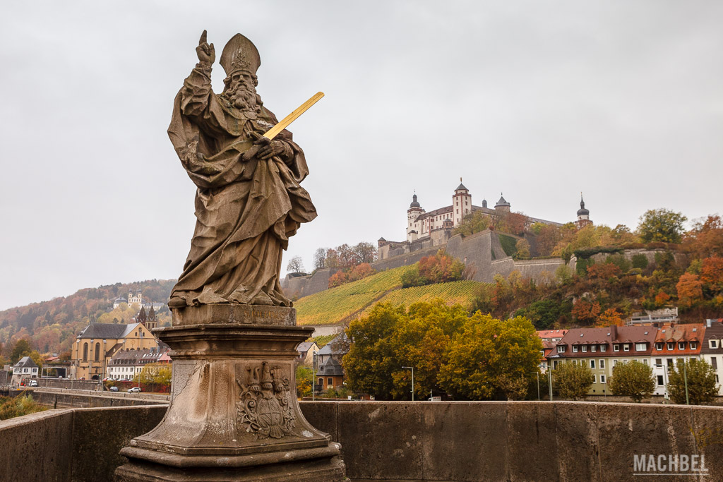 Estatua de un santo con el castillo de Würzburg al fondo