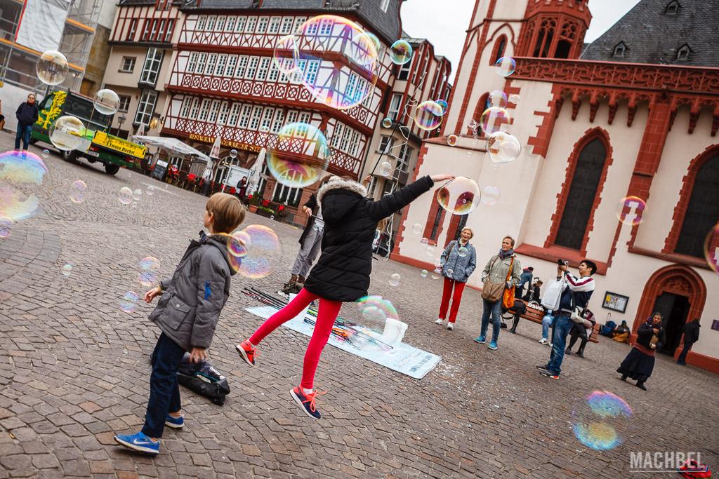 Niños jugando con pompas en la plaza Römerberg