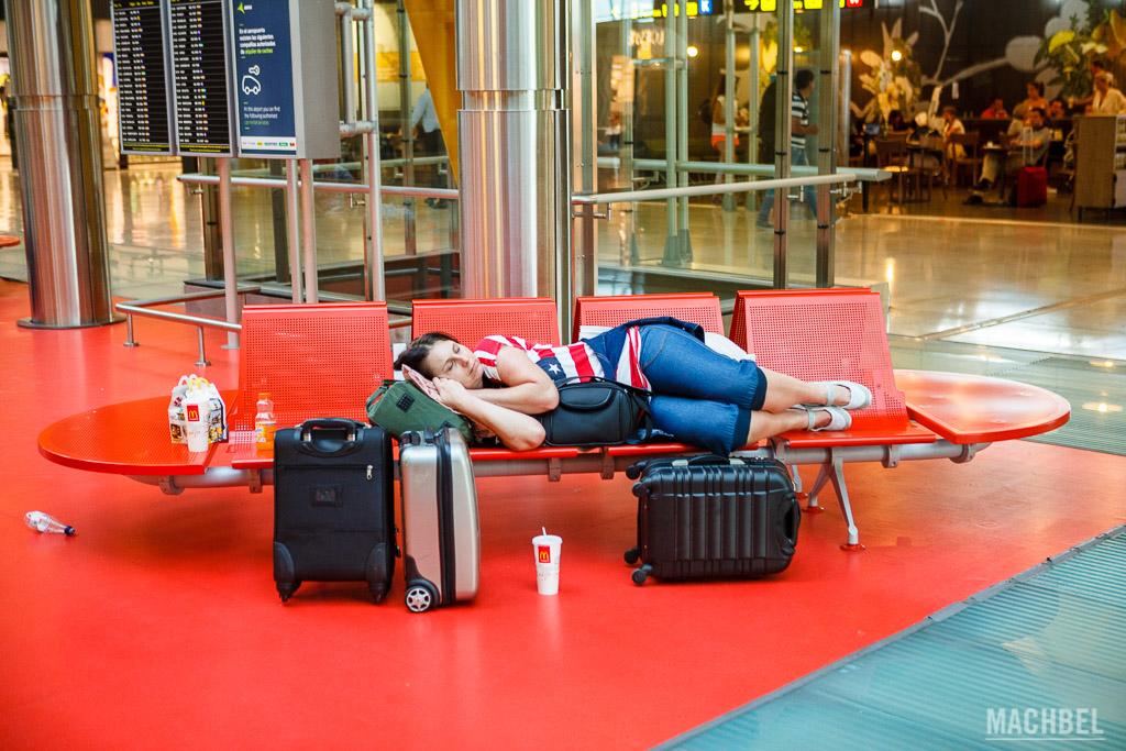 Durmiendo en los bancos de un aeropuerto