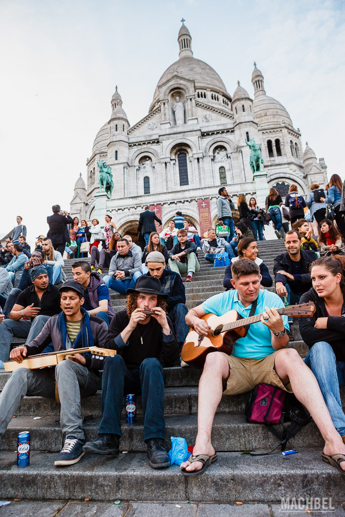 Tocando música en las escaleras del Sacre Coeur