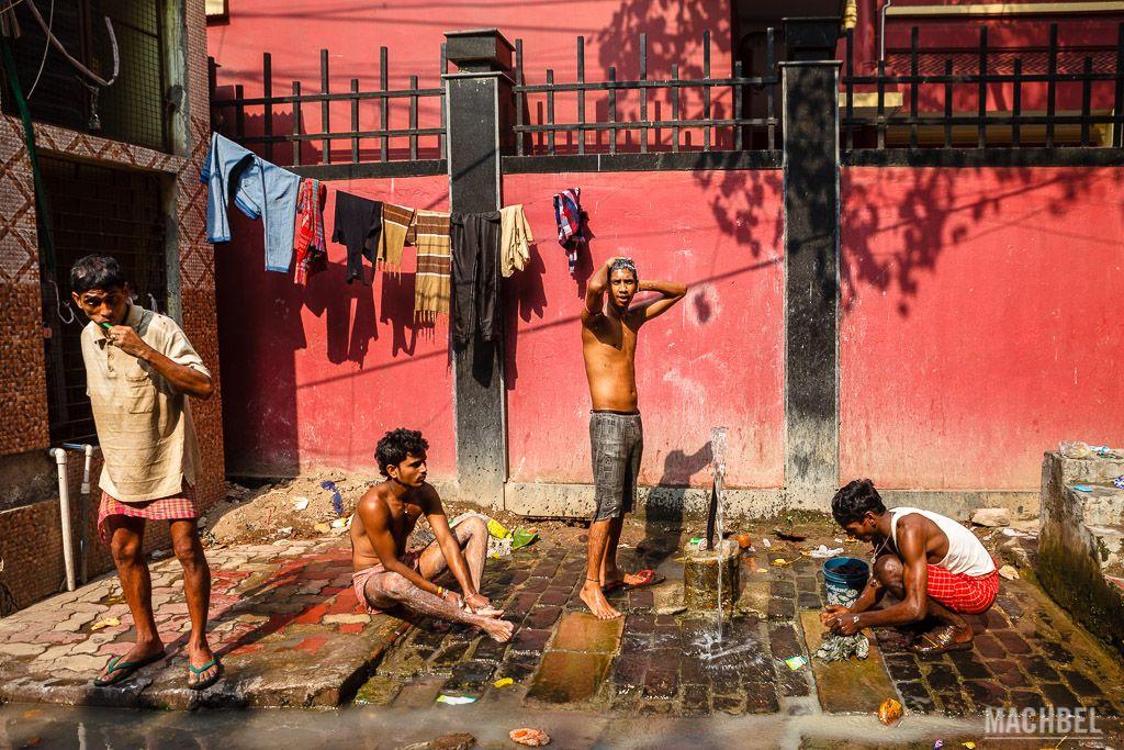 Aseándose en las calles de Calcuta