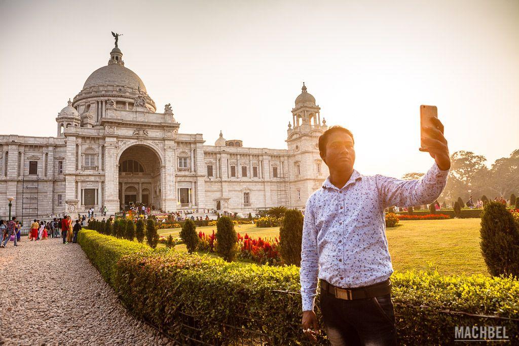 Haciéndose un selfie ante el Victoria Memorial