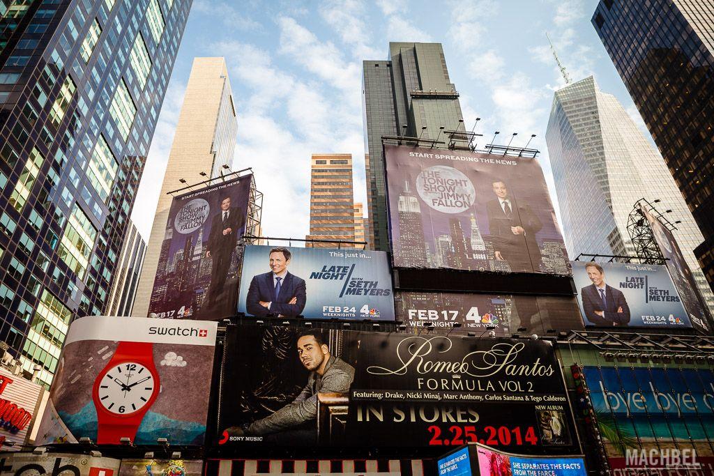 Carteles de espectáculos y publicidad en Times Square
