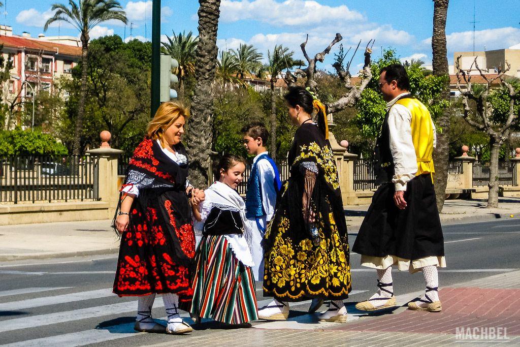 Camino del Bando de la Huerta con el vestido tradicional