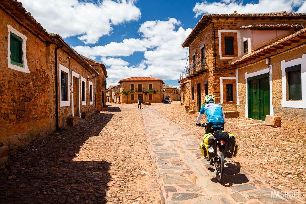 Peregrino en bicicleta en Castrillo de Polvazares
