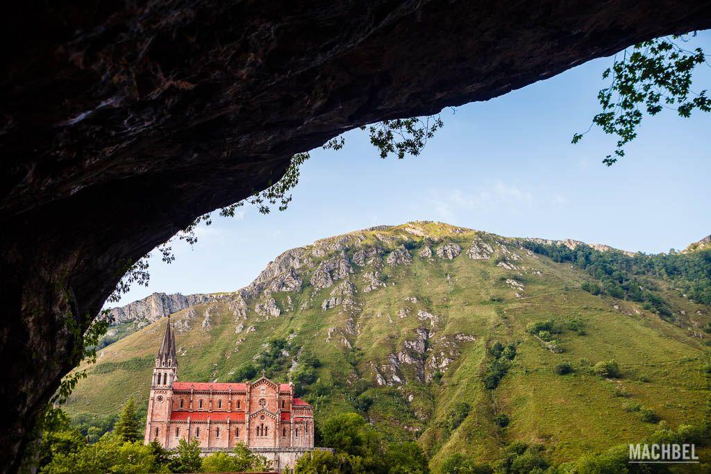 Iglesia de Covadonga desde la cueva