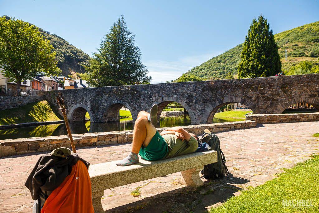Peregrino descansando en Molinaseca
