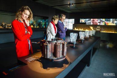 Visitantes viendo el proceso de creación del cristal en el Museo Lalique