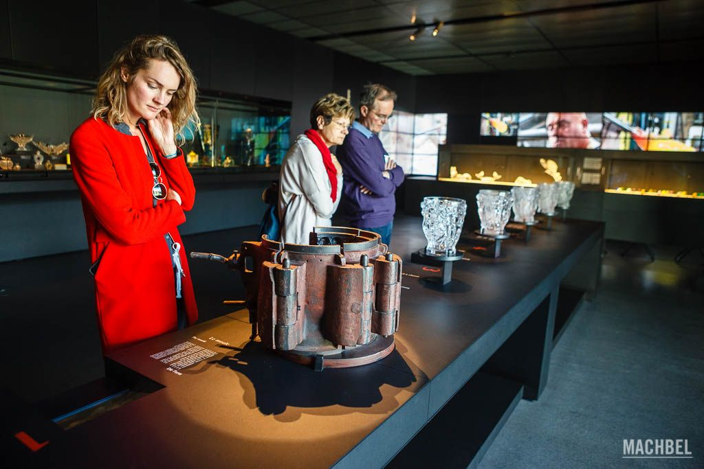 Visitantes viendo el proceso de creación del cristal