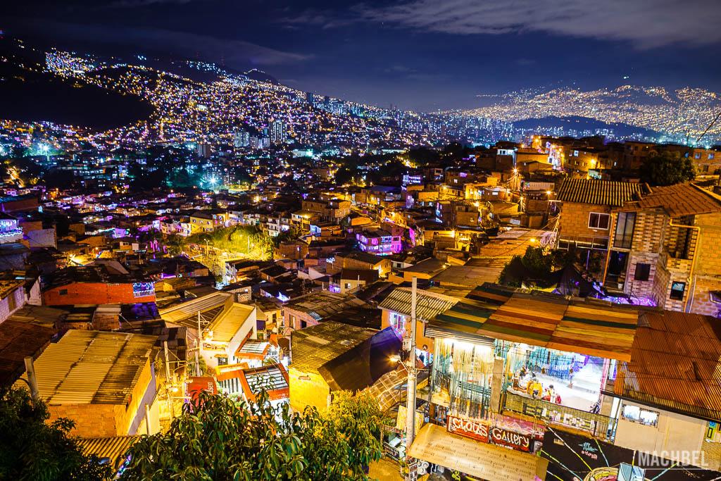 Panorámica de la Comuna 13 y Medellín de noche en Navidad
