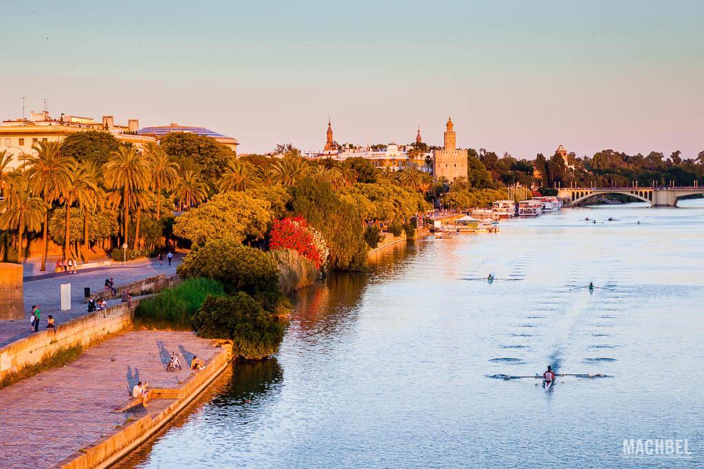 Torre del Oro y río Guadalquivir en Sevilla al atardecer