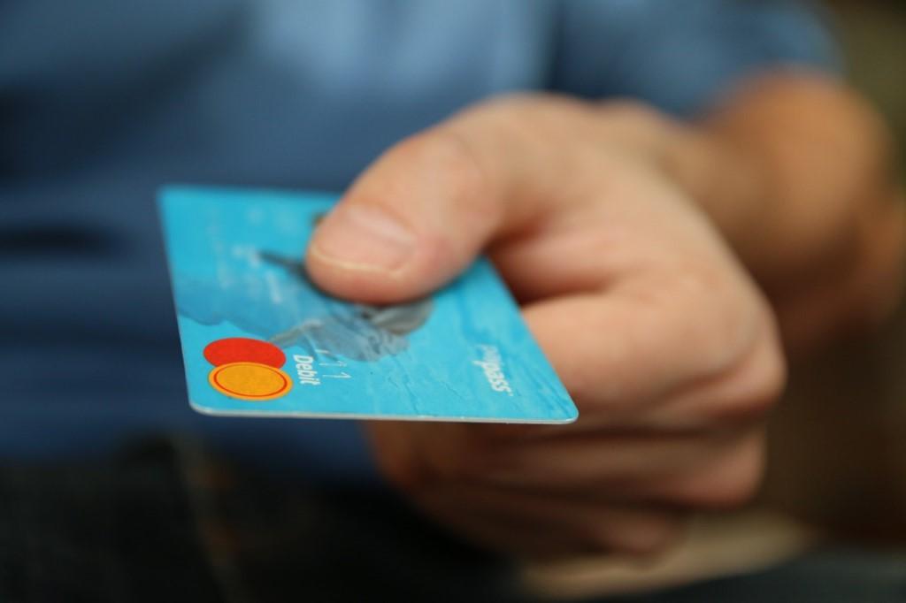 Dando una tarjeta MasterCard