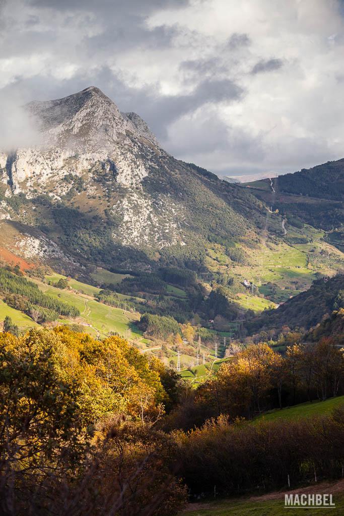 Montaña cerca del desfiladero