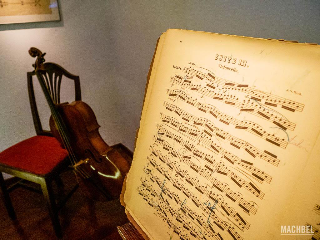Partitura y violonchelo