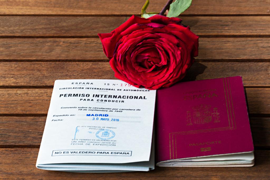 Permiso internacional de conducir y pasaporte