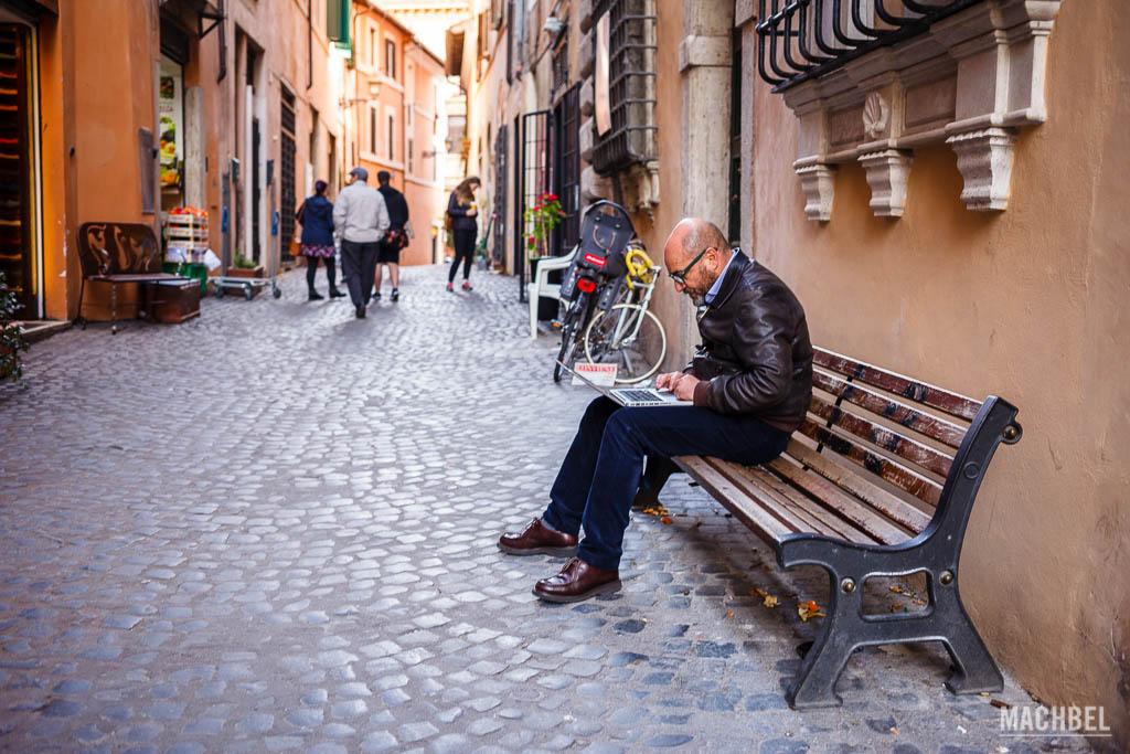 En una calle italiana con portátil