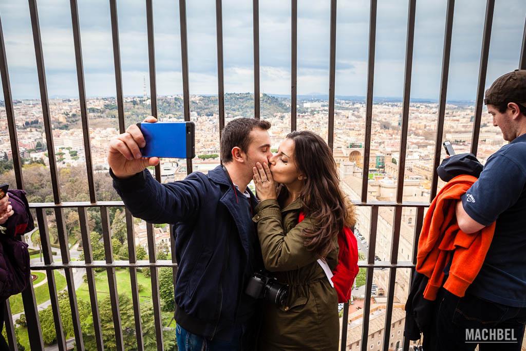 Beso en lo alto de la cúpula de San Pedro