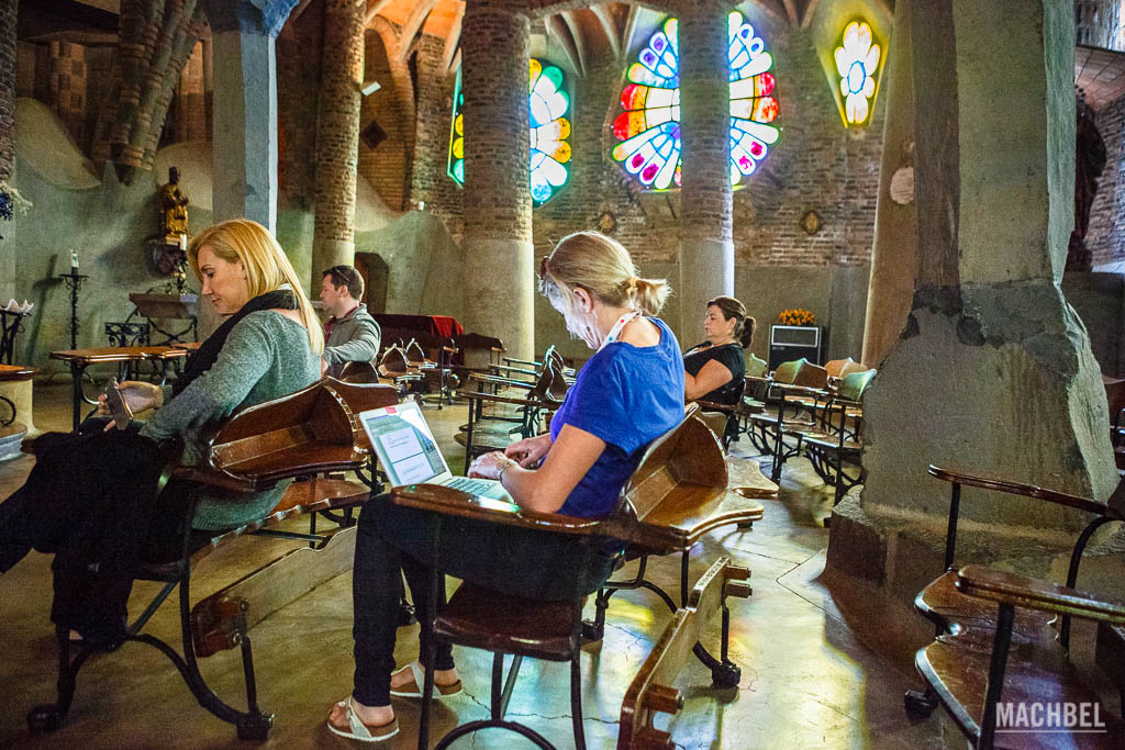 Nómada digital de verdad trabajando en la Cripta Güell