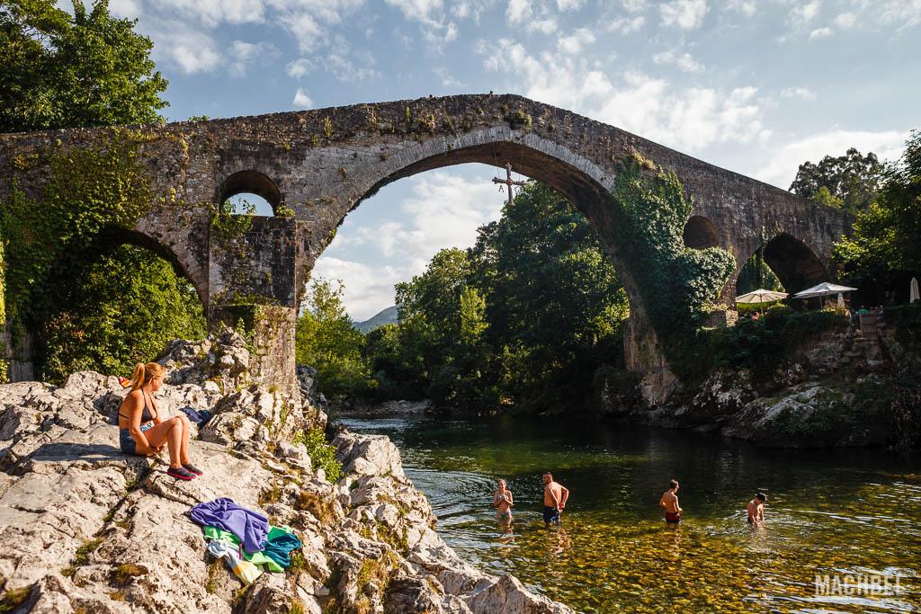 Puente romano de Cangas de Onís en verano
