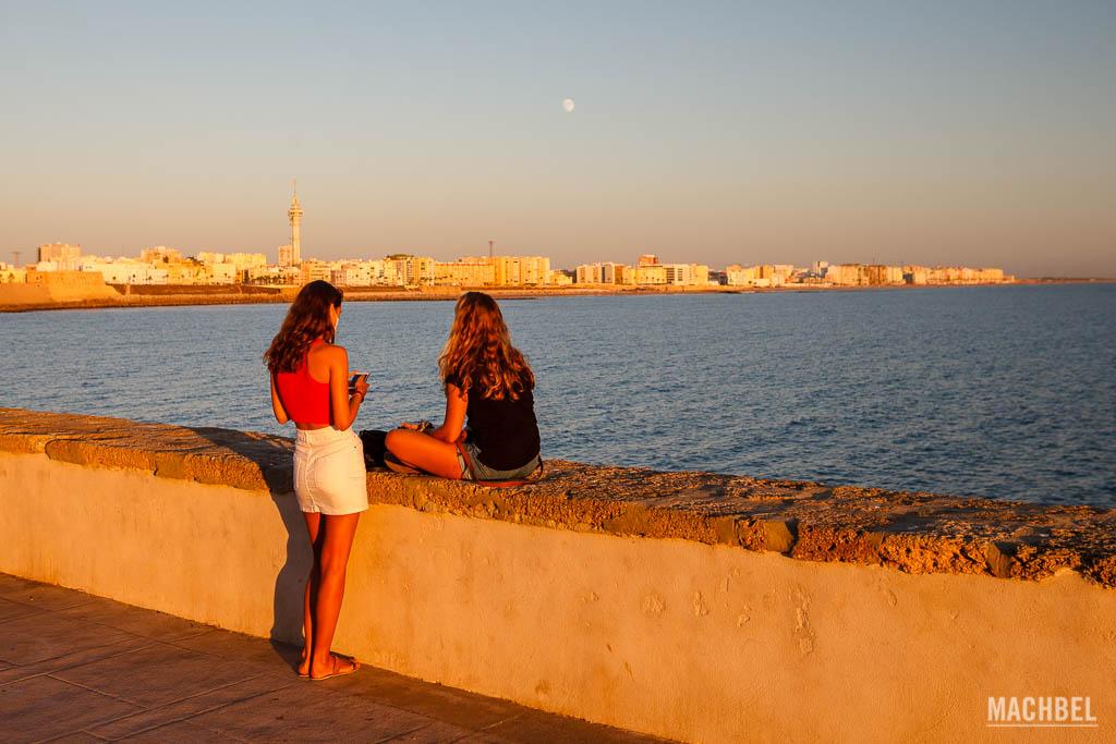 Malecón de Cádiz al atardecer