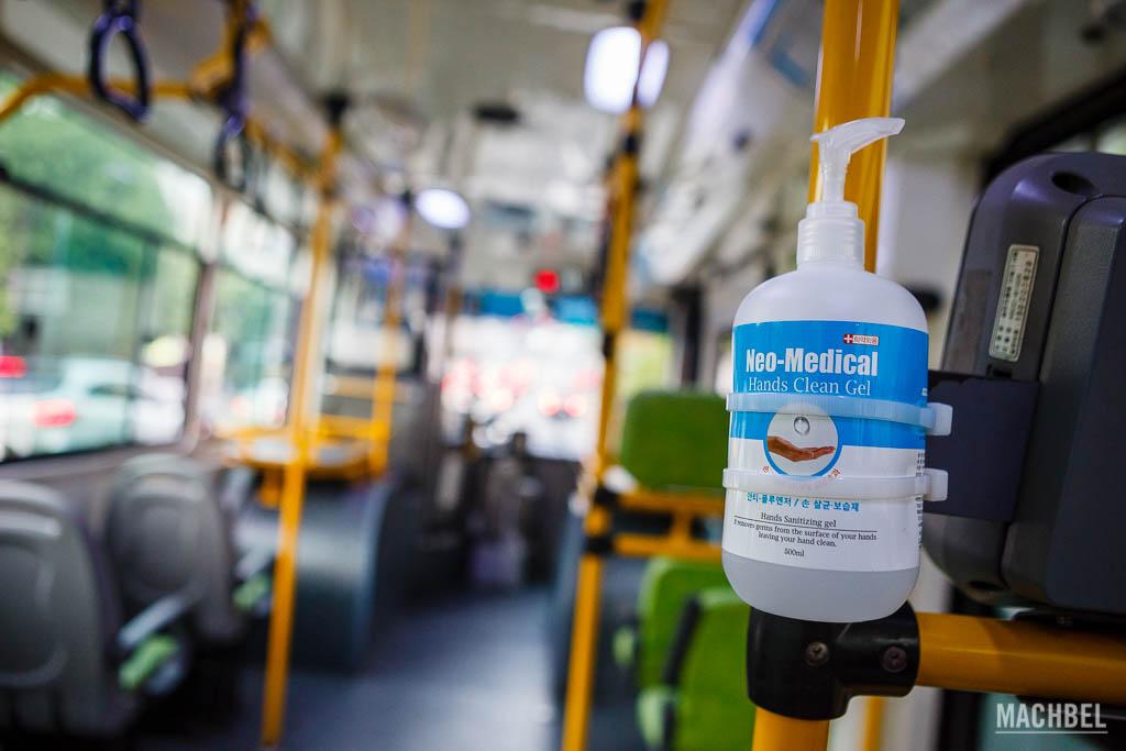 Gel hidroalcólico en el autobús