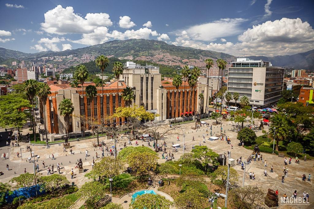 Vista de la Plaza de Botero desde el Palacio de la Cultura