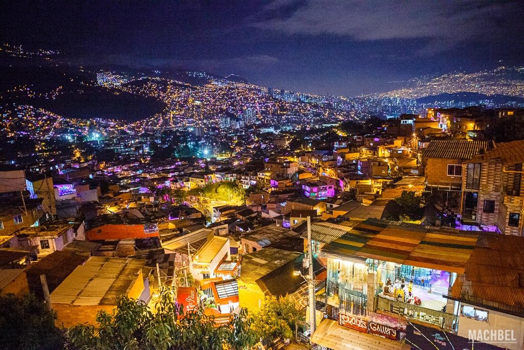 Vista panorámica de la Comuna 13 de noche