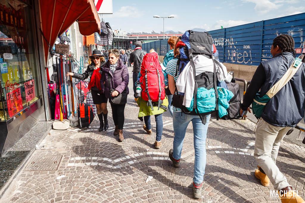 Viajeros con mochila en Italia