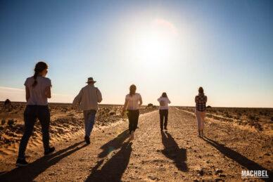 Bloggers caminando por el desierto
