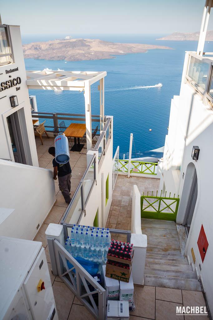 En Santorini todo se lleva a la espalda
